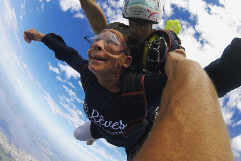 Maïté saute en parachute pour la première fois